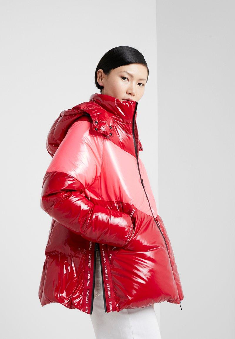 TWINSET - CAPPUCCIO VERA - Kabát zprachového peří - rosso veneziano/pink vegas
