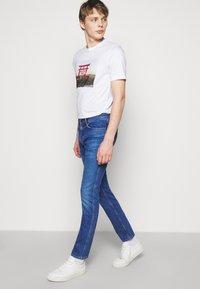 HUGO - Džíny Slim Fit - bright blue - 3