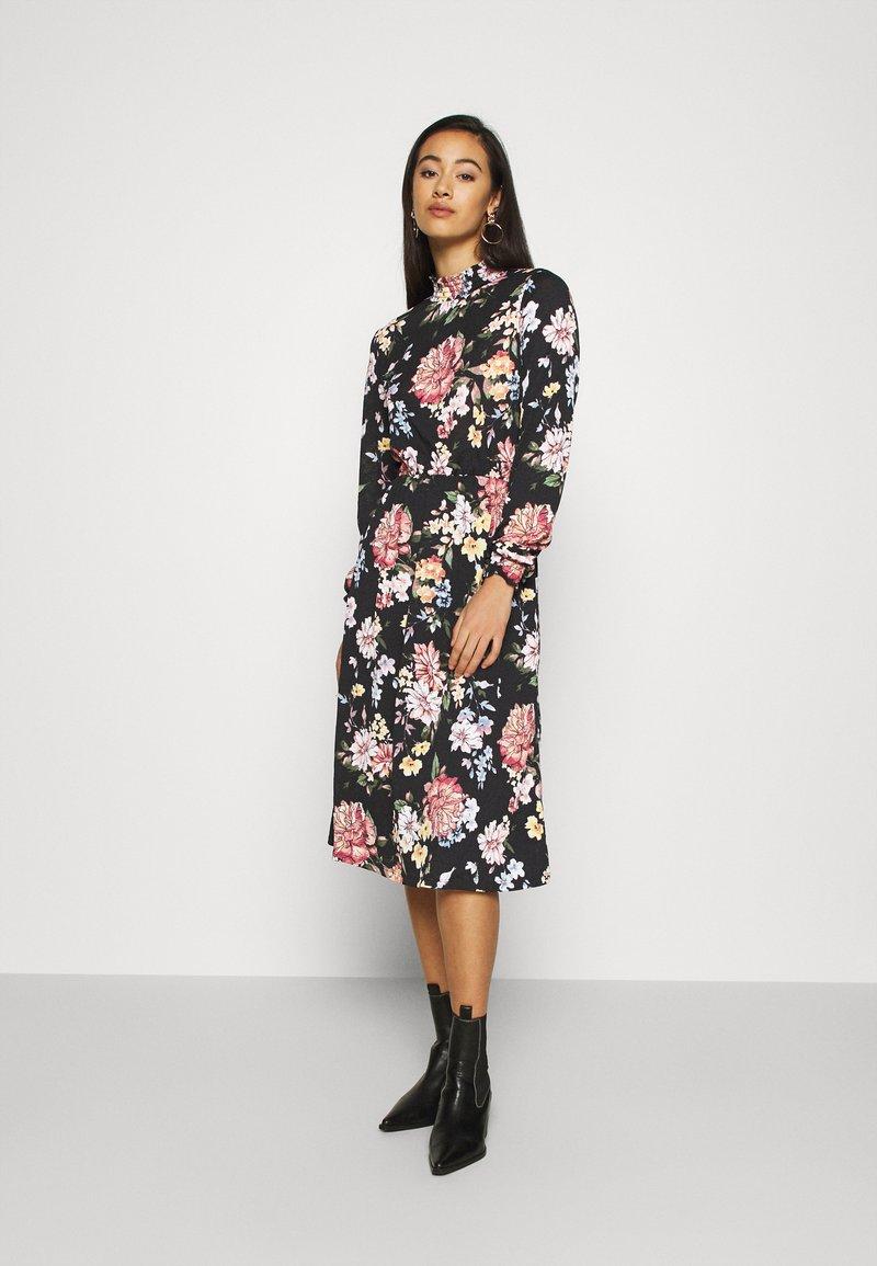 ONLY - ONLLENA FLOWER MIDI DRESS - Žerzejové šaty - black