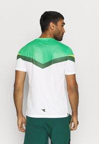 Diadora - CLAY - Camiseta estampada - holly green/white/bistro green - 2