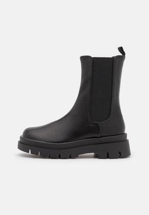 VEGAN MAZE COMBAT PLATFORM MIDI GUSSET BOOT - Kotníkové boty na platformě - black smooth