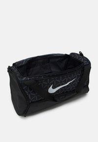 Nike Performance - DUFF UNISEX - Treningsbag - black/white - 2