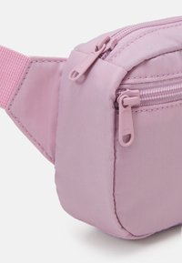 Levi's® - WOMENS MEDIUM BANANA SLING EMBROIDERED BATWING - Bum bag - light purple - 4