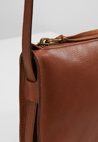 Madewell - SIMPLE XBODY - Across body bag - english saddle - 6