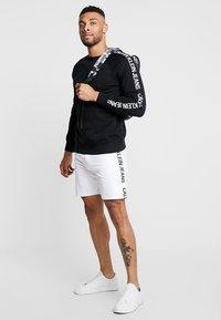 Calvin Klein Jeans - SIDE INSTITUTIONAL - Shorts - white - 1