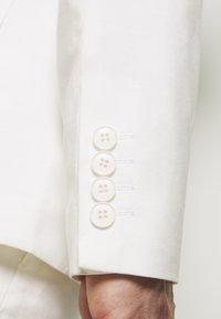 Isaac Dewhirst - WHITE WEDDING SLIM FIT SUIT - Kostym - white - 9