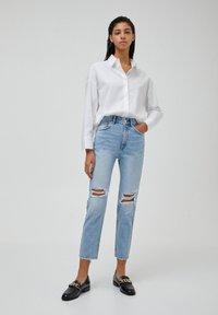 PULL&BEAR - MOM - Relaxed fit jeans - mottled light blue - 1