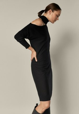 MIT ASYMMETRISCHER SCHULTER - Jumper dress - black