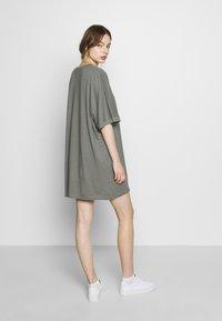 CALANDO - T-SHIRT DRESS - Jersey dress - moon mist - 2
