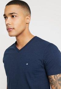 Calvin Klein - V-NECK CHEST LOGO - T-shirt - bas - blue - 3