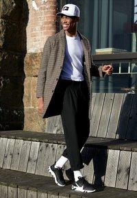 Nike Sportswear - REACT - Sneakers - black/white - 7