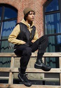 Nike Sportswear - BLAZER MID '77 UNISEX - Zapatillas altas - black/universe gold/metallic silver/sail/white - 0