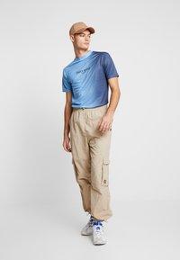 Daily Basis Studios - SIDE FADE TEE - T-shirt basic - navy/light blue - 1