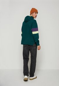 Levi's® - BLOCKED OPEN HEM HOODIE UNISEX - Sweatshirt - greens - 2