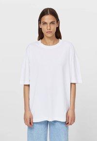 Stradivarius - OVERSIZE MIT KURZEN ÄRMELN - Basic T-shirt - white - 0