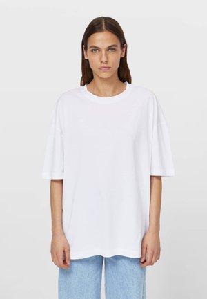 OVERSIZE MIT KURZEN ÄRMELN - Basic T-shirt - white