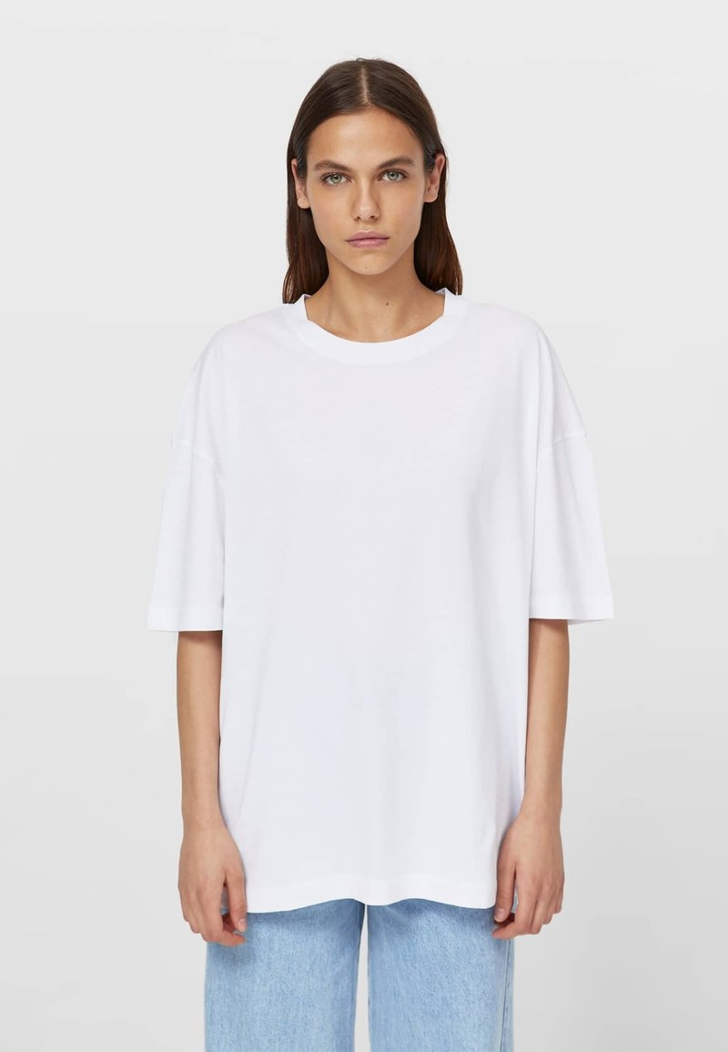 Stradivarius - OVERSIZE MIT KURZEN ÄRMELN - Basic T-shirt - white