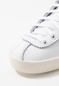 adidas Originals - LACOMBE - Sneakers laag - footwear white/core black/core white - 8