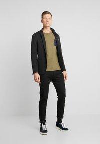 Lyle & Scott - CONTRAST POCKET - T-shirt con stampa - lichen green/ navy - 1