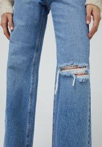 PULL&BEAR - MIT HOHEM BUND - Flared jeans - blue-grey - 4