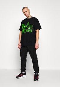 Mennace - GLITCH - T-shirt con stampa - black - 1