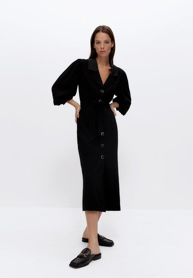 MIT AUSGEFALLENEM KNOPF - Skjortklänning - black