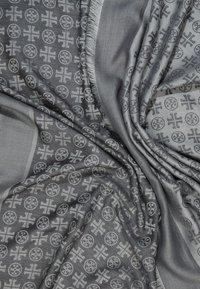 Tory Burch - LOGO TRAVELER SCARF - Skjerf - ashed gray - 2