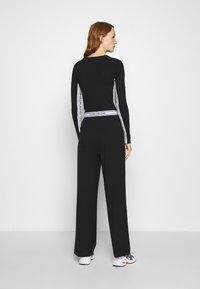 Calvin Klein Jeans - LOGO ELASTIC DRAPEY PANT - Spodnie materiałowe - black - 2