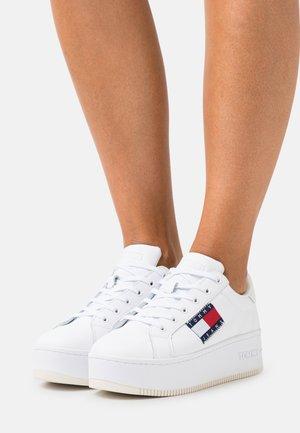 FLATFORM FLAG BRANDING  - Trainers - white