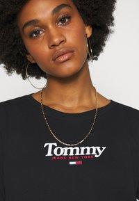 Tommy Jeans - ESSENTIAL LOGO LONGSLEEVE - Top sdlouhým rukávem - black - 4