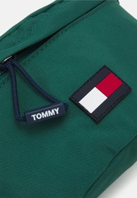 Tommy Hilfiger - KIDS CORE BUMBAG UNISEX - Bum bag - green - 3