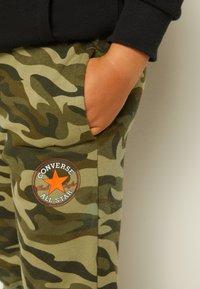 Converse - CAMO KNEE PATCH - Pantaloni sportivi - multi-coloured - 4