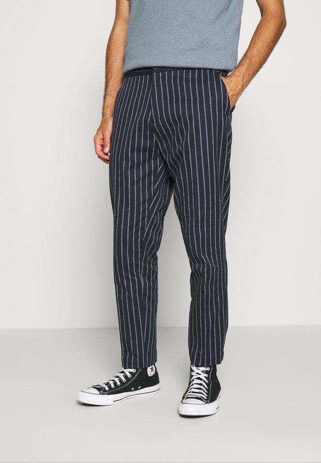 FAVE SPORTY PINSTRIPE SUIT PANT - Pantaloni - combo
