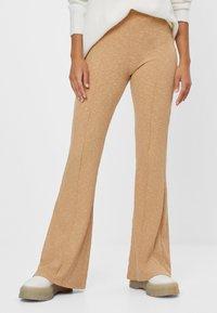 Bershka - MIT PATENTMUSTER - Spodnie materiałowe - beige - 2