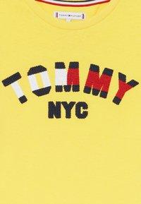 Tommy Hilfiger - GRAPHIC  - Camiseta estampada - yellow - 3