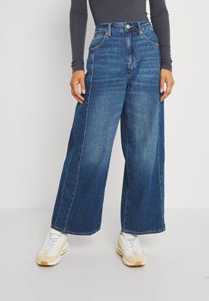 WIDE LEG CROP - Jeans a zampa - medium tinted indigo
