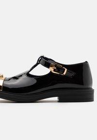 Versace - Baleríny s páskem - black/gold - 5