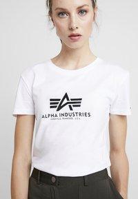 Alpha Industries - NEW BASIC - Print T-shirt - white/metalgold - 4