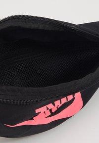 Nike Sportswear - HERITAGE HIP PACK  - Bum bag - black/digital pink - 2