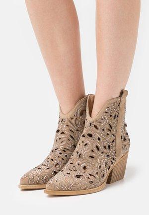 Cowboy/biker ankle boot - vison
