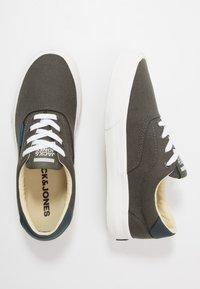 Jack & Jones Junior - JRMORK - Sneakersy niskie - beluga - 0