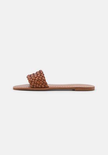 JOEY - Matalakantaiset pistokkaat - timber