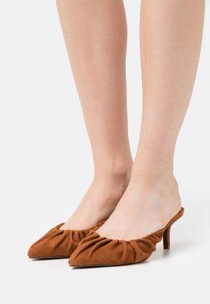 JOY - Heeled mules - bombay brown