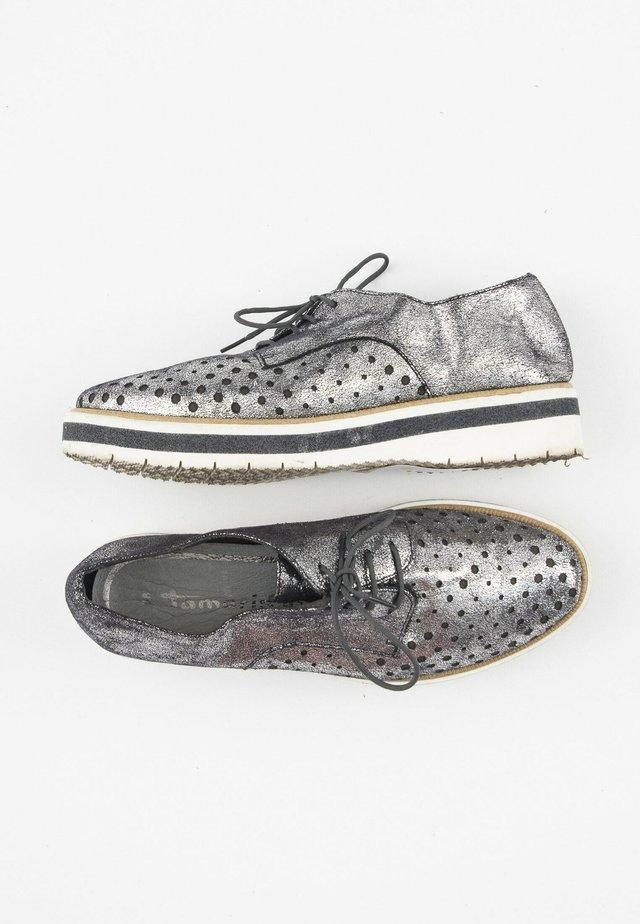 Sportieve veterschoenen - silver