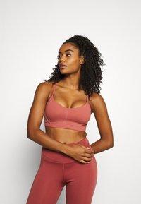 Cotton On Body - STITCHED TO PERFECTION CROP - Brassières de sport à maintien léger - chestnut - 0