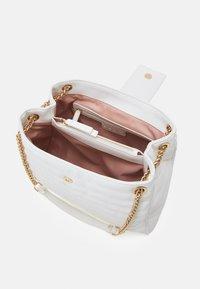 LIU JO - TOTE - Håndtasker - off white - 2