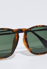 Jack & Jones - JACPORTER SUNGLASSES - Sunglasses - bistre - 3