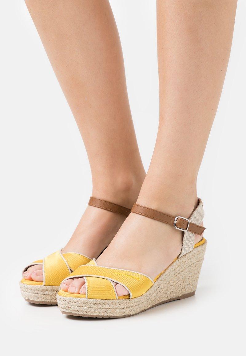 TOM TAILOR - Sandály na platformě - yellow
