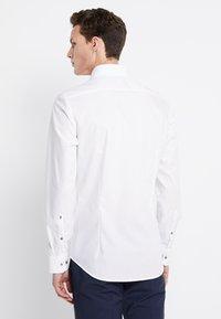 Seidensticker - SLIM SPREAD PATCH - Camisa elegante - weiß/grau - 2