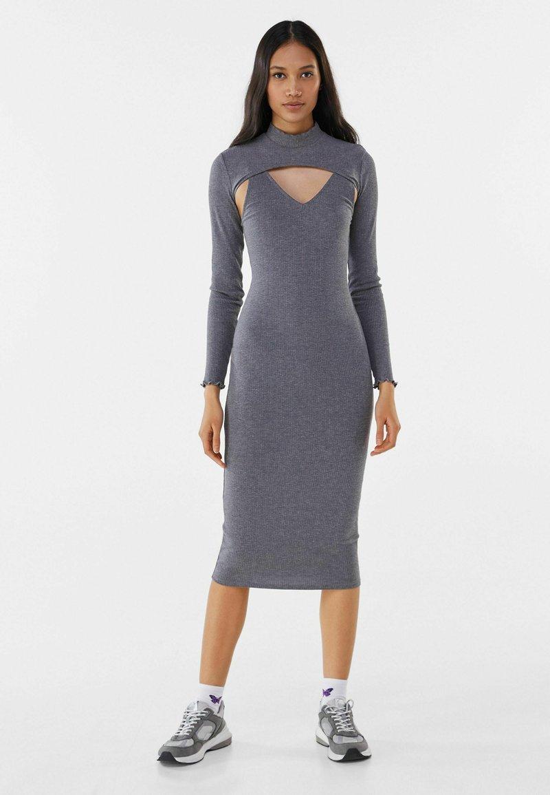 Bershka - Pouzdrové šaty - light grey
